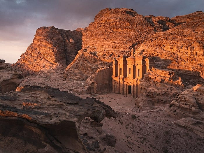 Khách sạn ẩn mình trong núi đá sa thạch cổ - Ảnh 4.