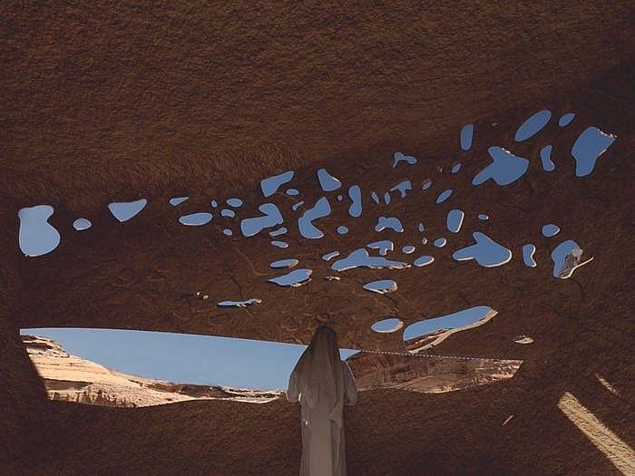Khách sạn ẩn mình trong núi đá sa thạch cổ - Ảnh 16.