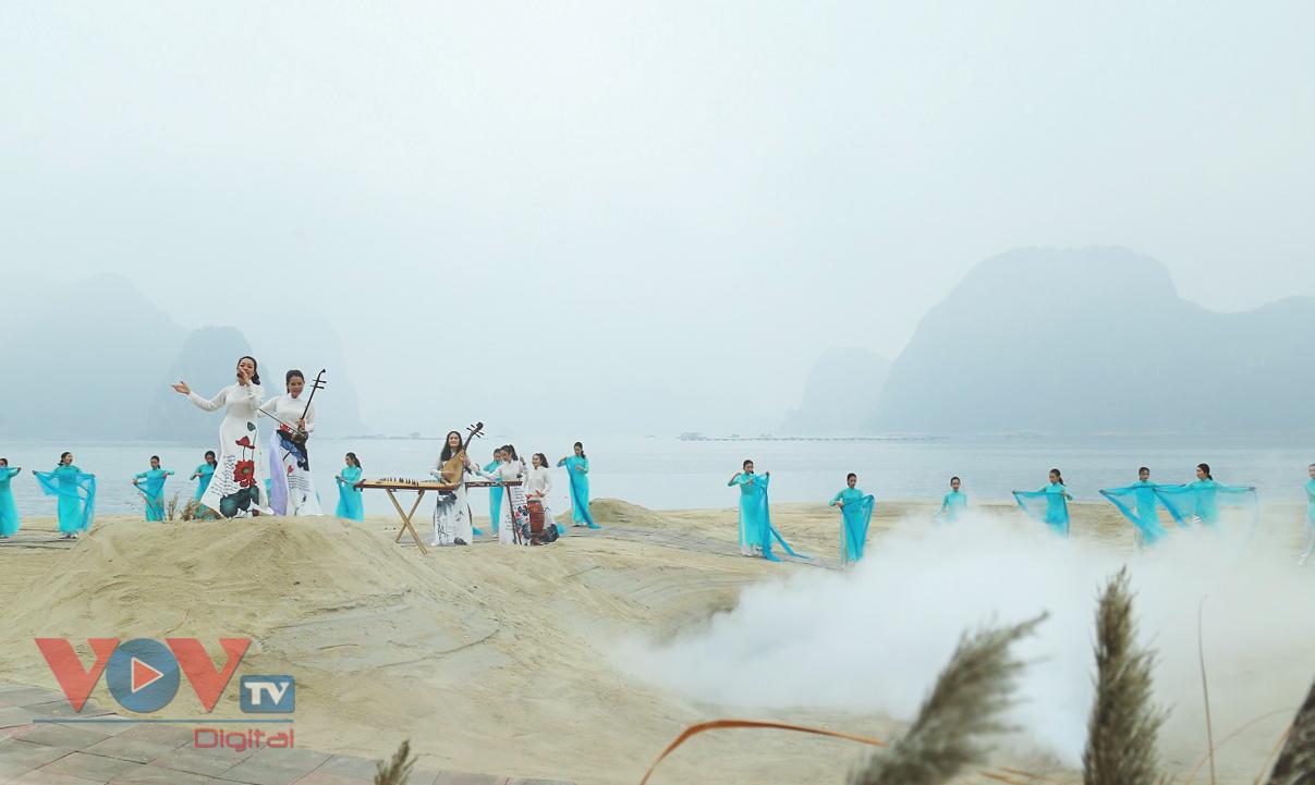 Độc đáo Festival áo dài Quảng Ninh 2020: Về miền di sản - Ảnh 1.