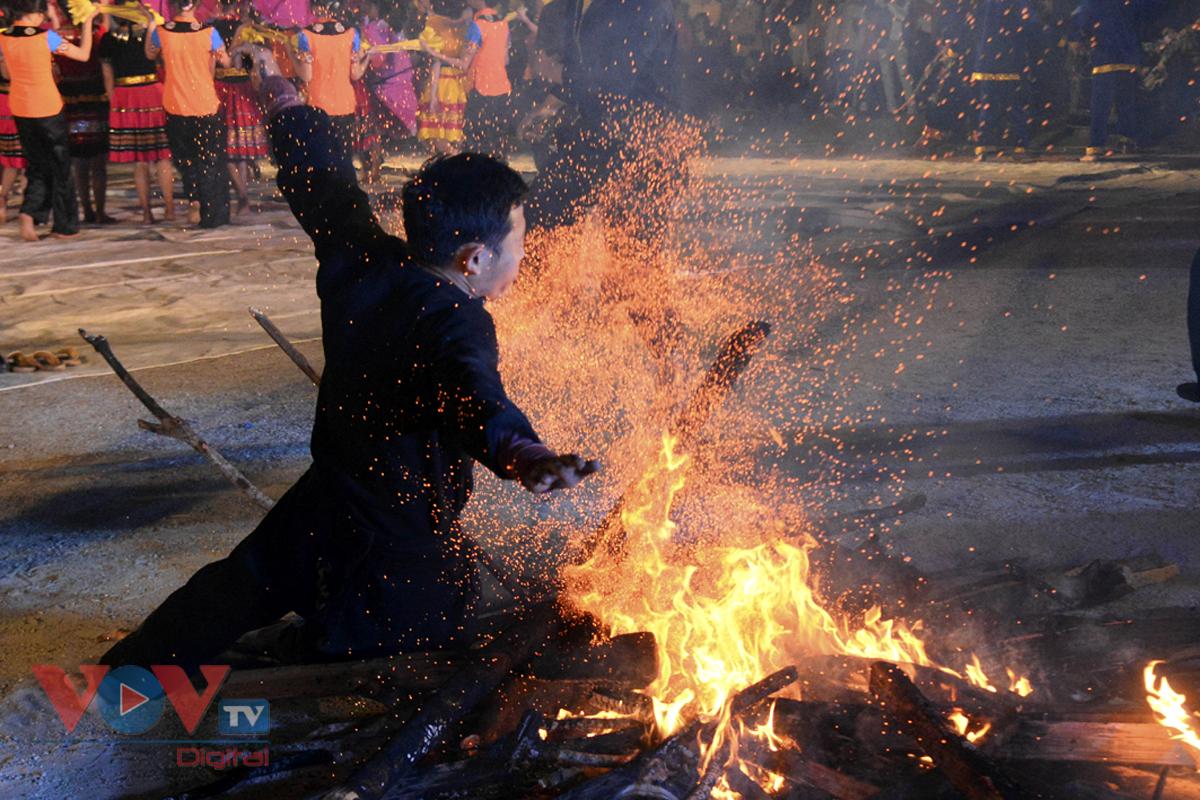 Độc đáo tục nhảy lửa của người Dao đầu bằng Lai Châu - Ảnh 13.