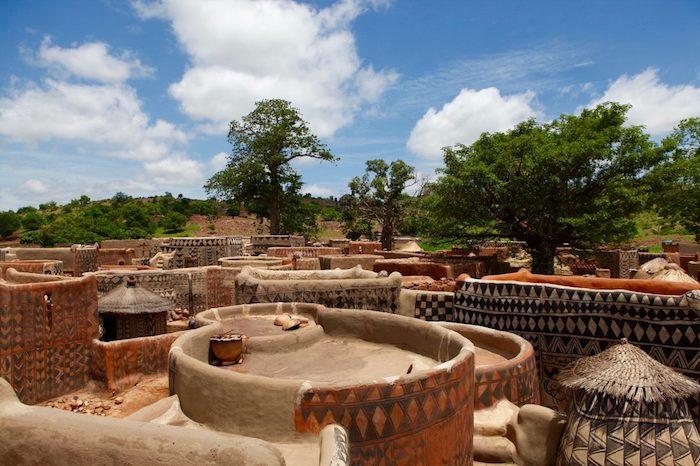 Ngôi làng lưu giữ văn hóa trên từng bức tường - Ảnh 4.