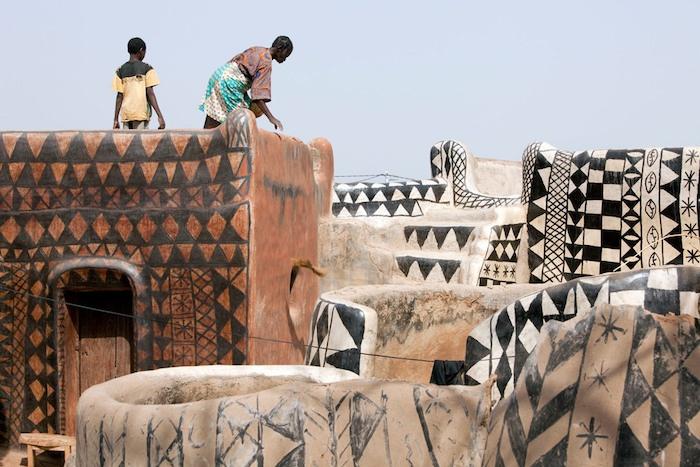 Ngôi làng lưu giữ văn hóa trên từng bức tường - Ảnh 2.