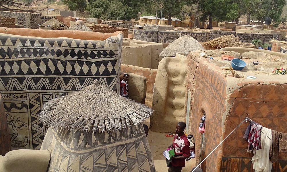 Ngôi làng lưu giữ văn hóa trên từng bức tường - Ảnh 1.