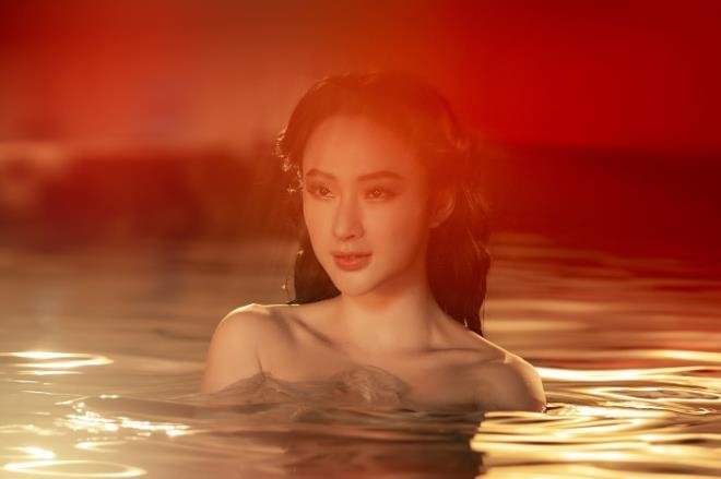 Sau 3 năm rút khỏi showbiz, Angela Phương Trinh tung bộ ảnh kiêu sa, gợi cảm - Ảnh 6.