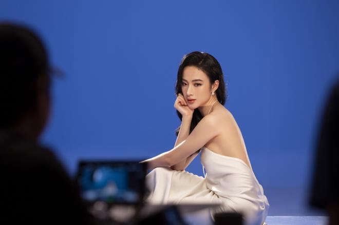 Sau 3 năm rút khỏi showbiz, Angela Phương Trinh tung bộ ảnh kiêu sa, gợi cảm - Ảnh 4.
