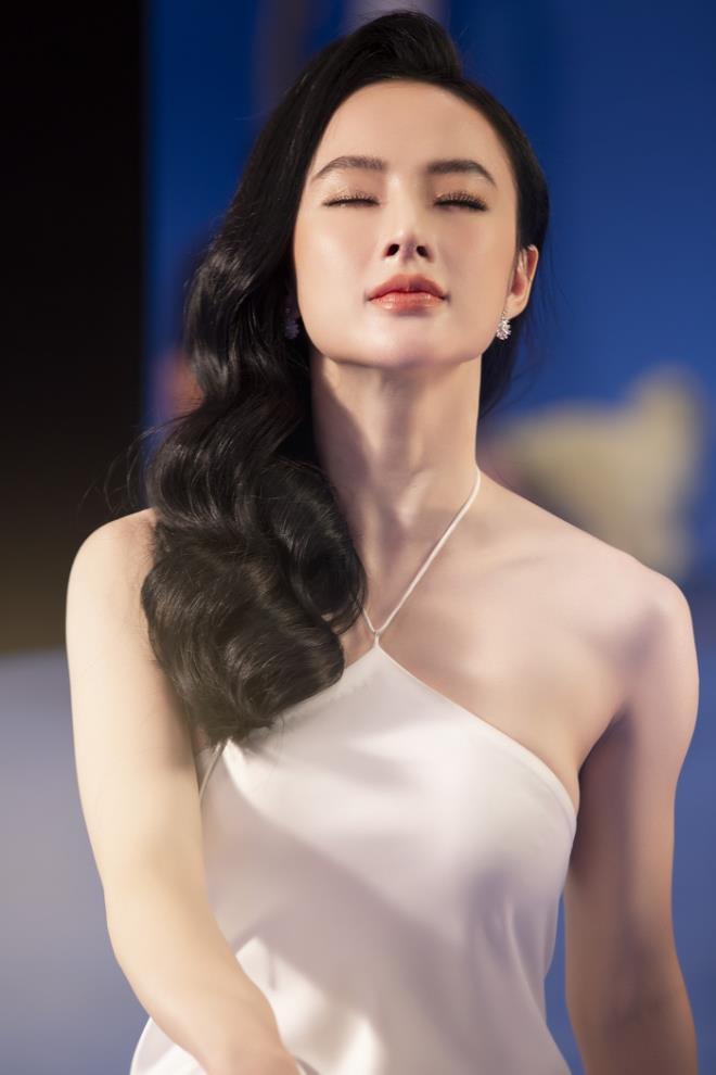 Sau 3 năm rút khỏi showbiz, Angela Phương Trinh tung bộ ảnh kiêu sa, gợi cảm - Ảnh 1.