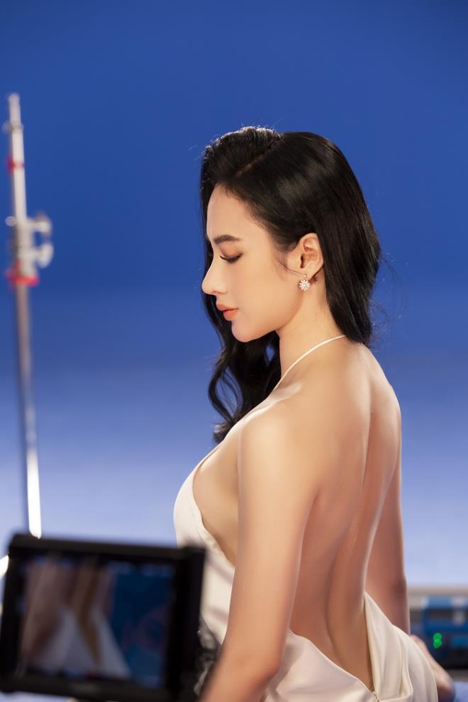 Sau 3 năm rút khỏi showbiz, Angela Phương Trinh tung bộ ảnh kiêu sa, gợi cảm - Ảnh 3.