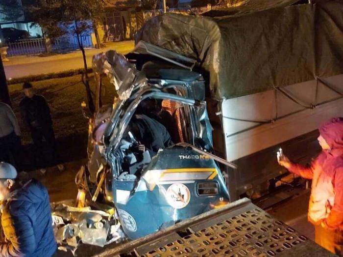 Đâm vào xe container đang đỗ ở làn thô sơ, lái xe tải tử vong tại chỗ - Ảnh 1.