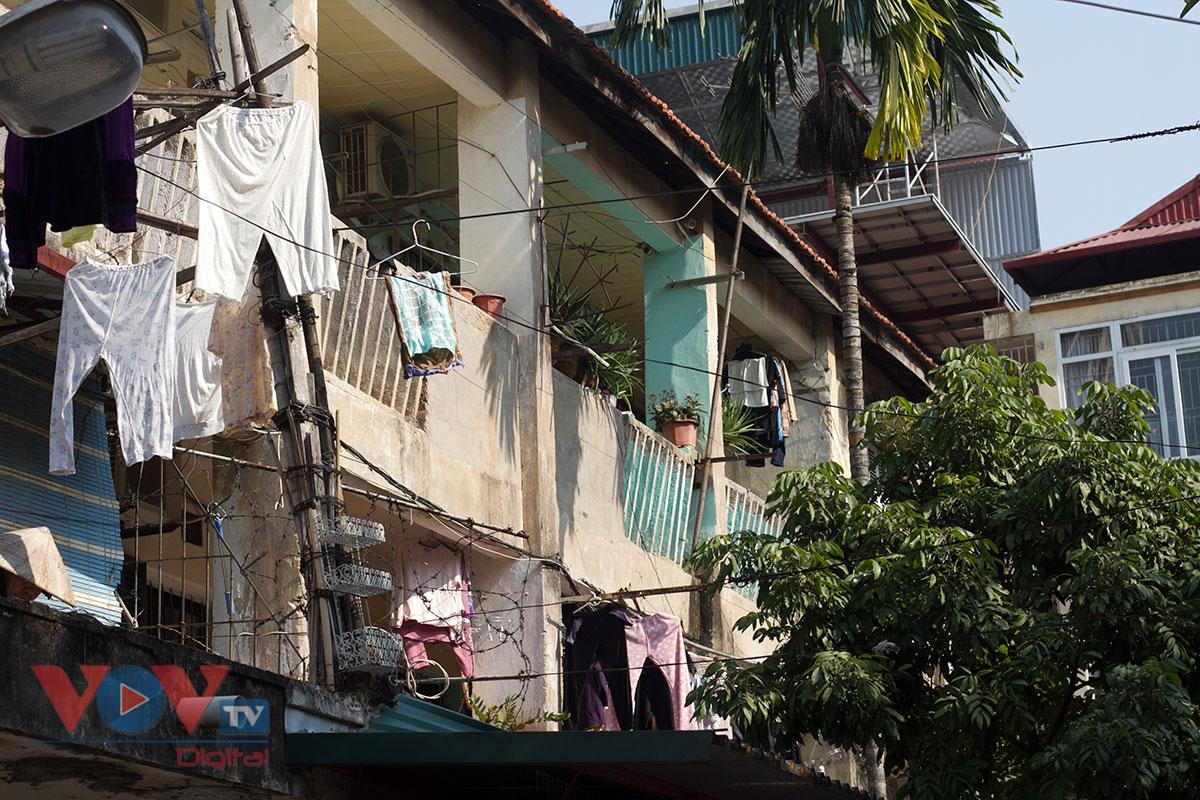 Người dân Thủ đô sống thấp thỏm trong những khu tập thể 'chờ sập' - Ảnh 2.