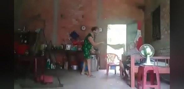 Ảnh trích từ clip bà Hoa ngược đãi mẹ ruột