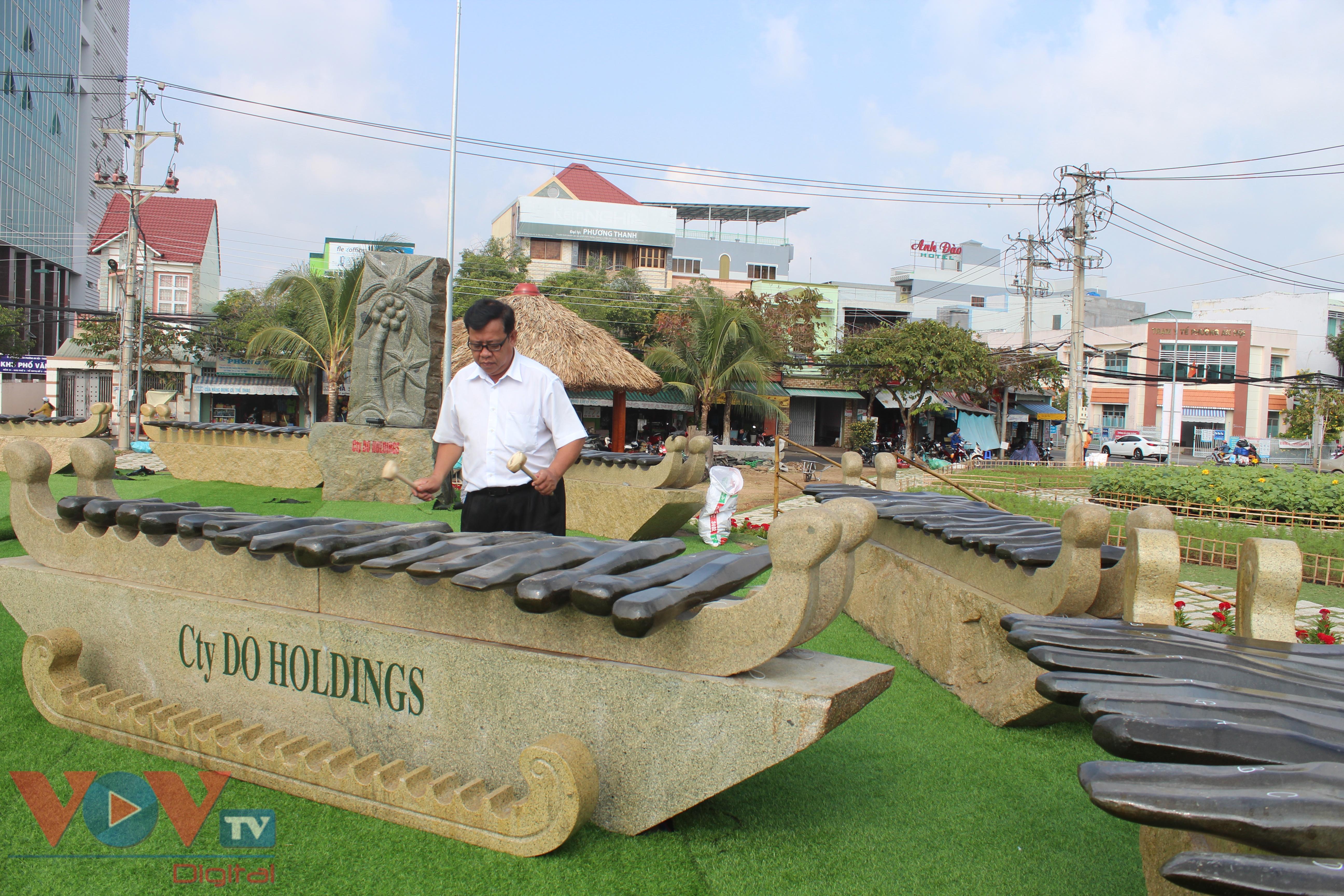 Bộ đàn đá lớn nhất Việt Nam vừa lắp đặt tại công viên Bến Tre.jpg