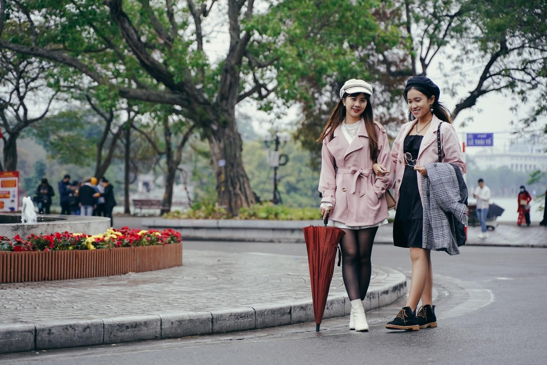 Giới trẻ Hà Nội mặc sành điệu giữa tiết trời 16 độ C - Ảnh 4.