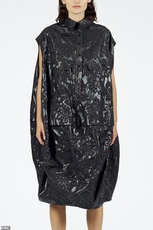 Váy như... túi nhựa đựng rác có giá hơn 15 triệu đồng - Ảnh 1.