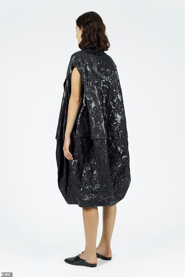 Váy như... túi nhựa đựng rác có giá hơn 15 triệu đồng - Ảnh 2.
