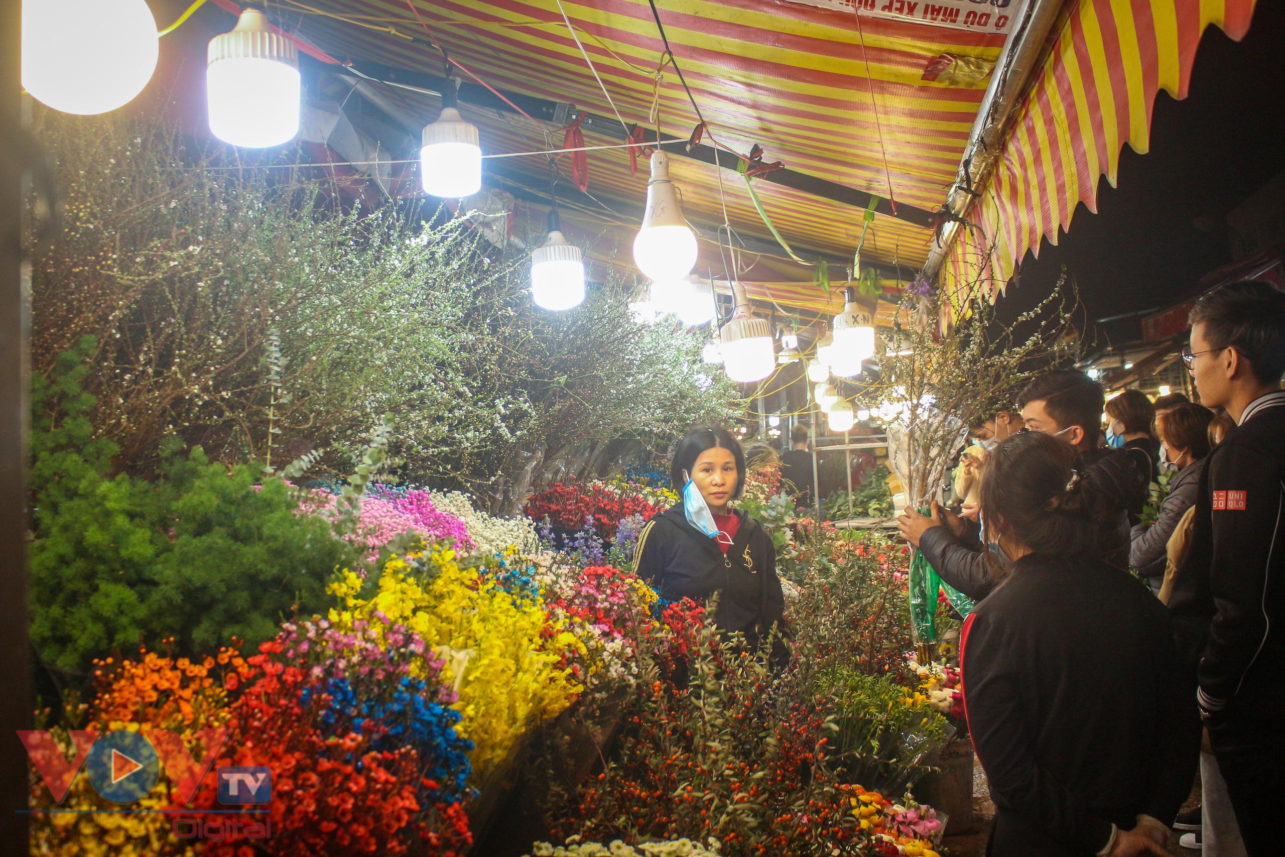 Chợ hoa Quảng An tất bật trong đêm những ngày cận Tết - Ảnh 7.