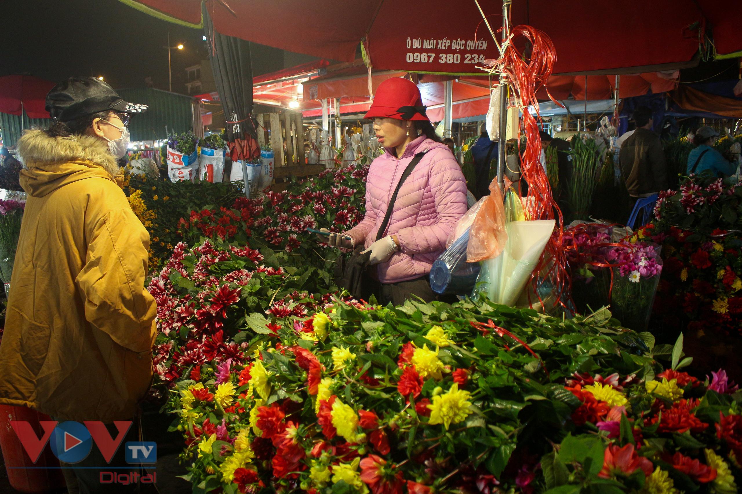Chợ hoa Quảng An tất bật trong đêm những ngày cận Tết - Ảnh 14.