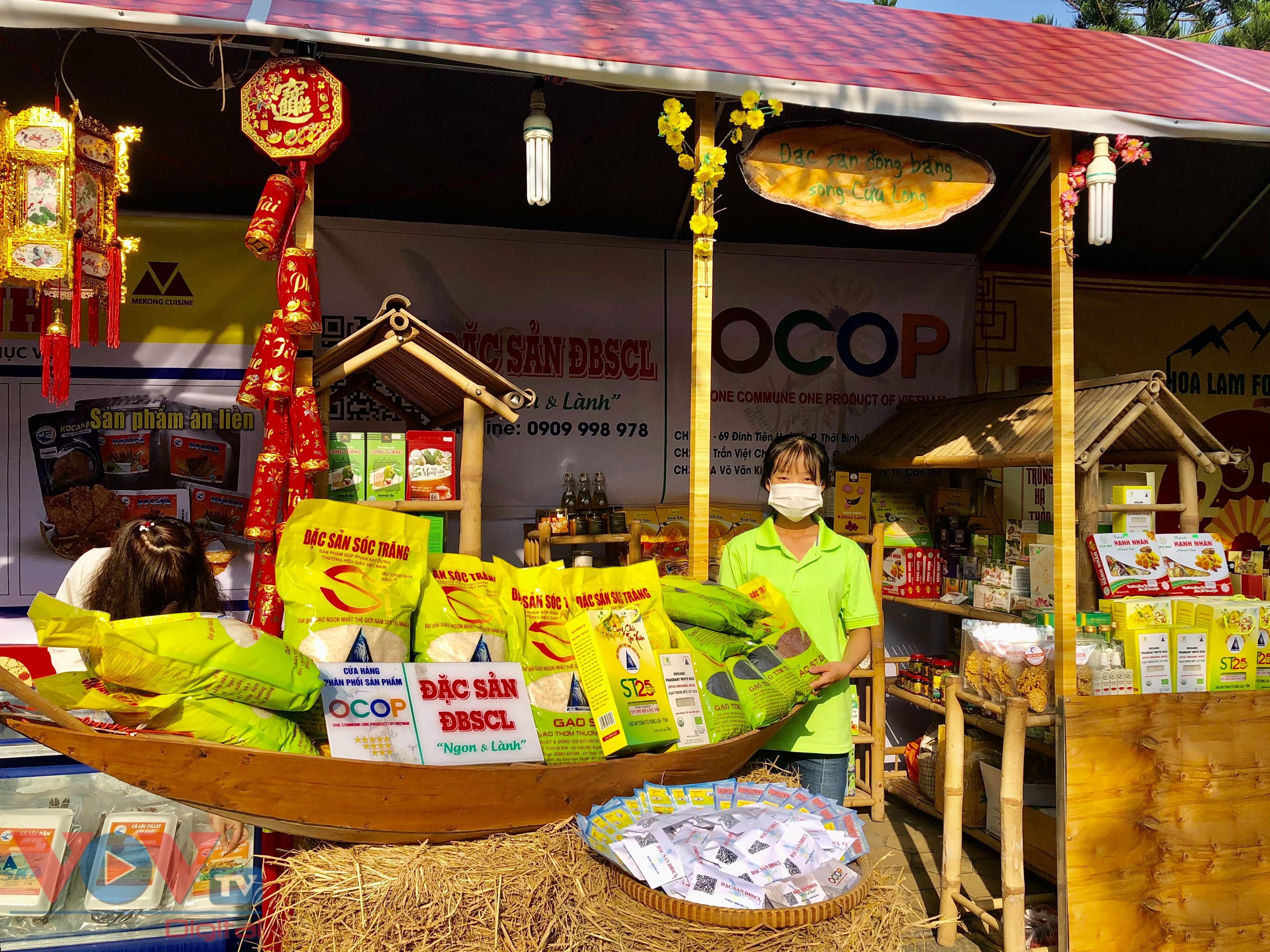 Các gian hàng sản phẩm OCOP trưng bày khá đẹp mắt, thu hút người tham quan.jpg