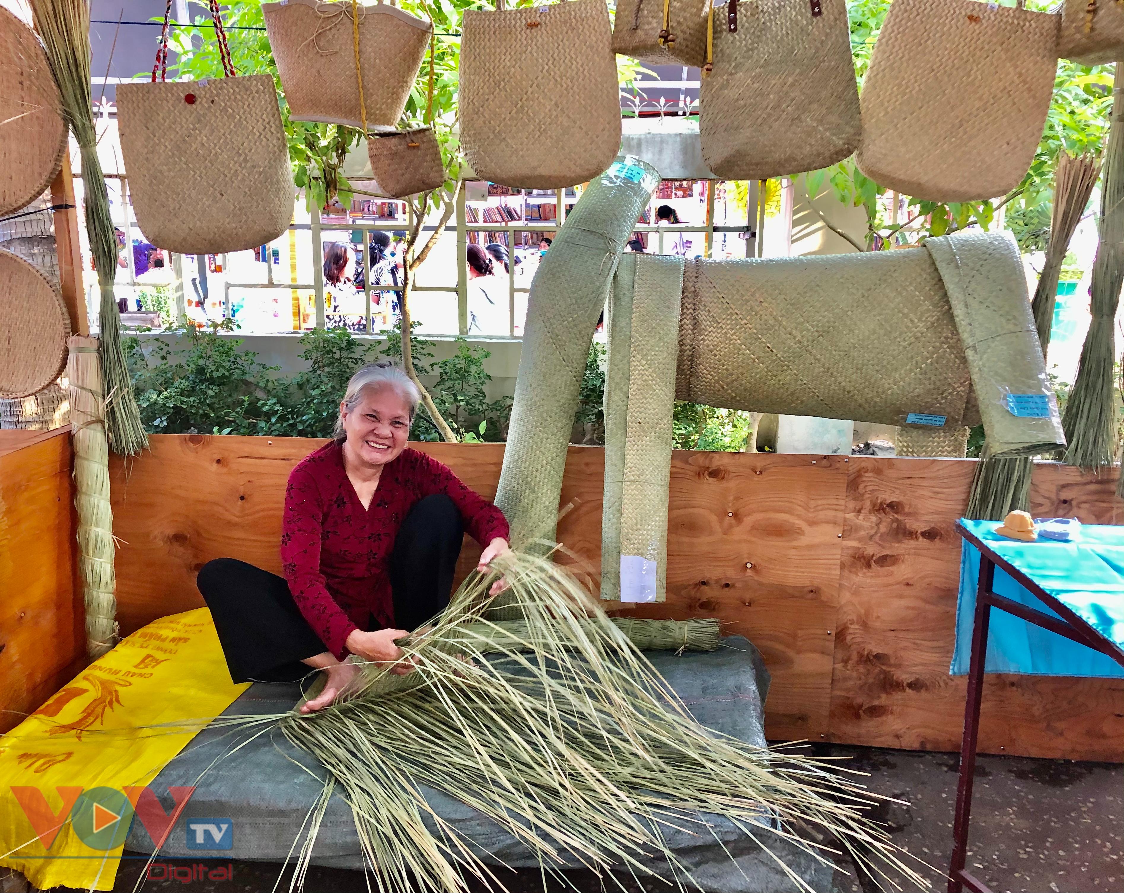 Nghệ nhân đan giỏ lát biểu diễn tại gian trưng bày.jpg