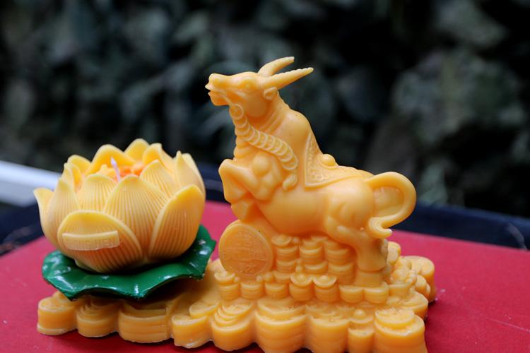 Độc đáo nến 'trâu vàng' hút người mua chơi Tết Tân Sửu - Ảnh 4.