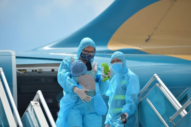 Chuyên gia mách cách đi máy bay an toàn trong mùa dịch - Ảnh 1.