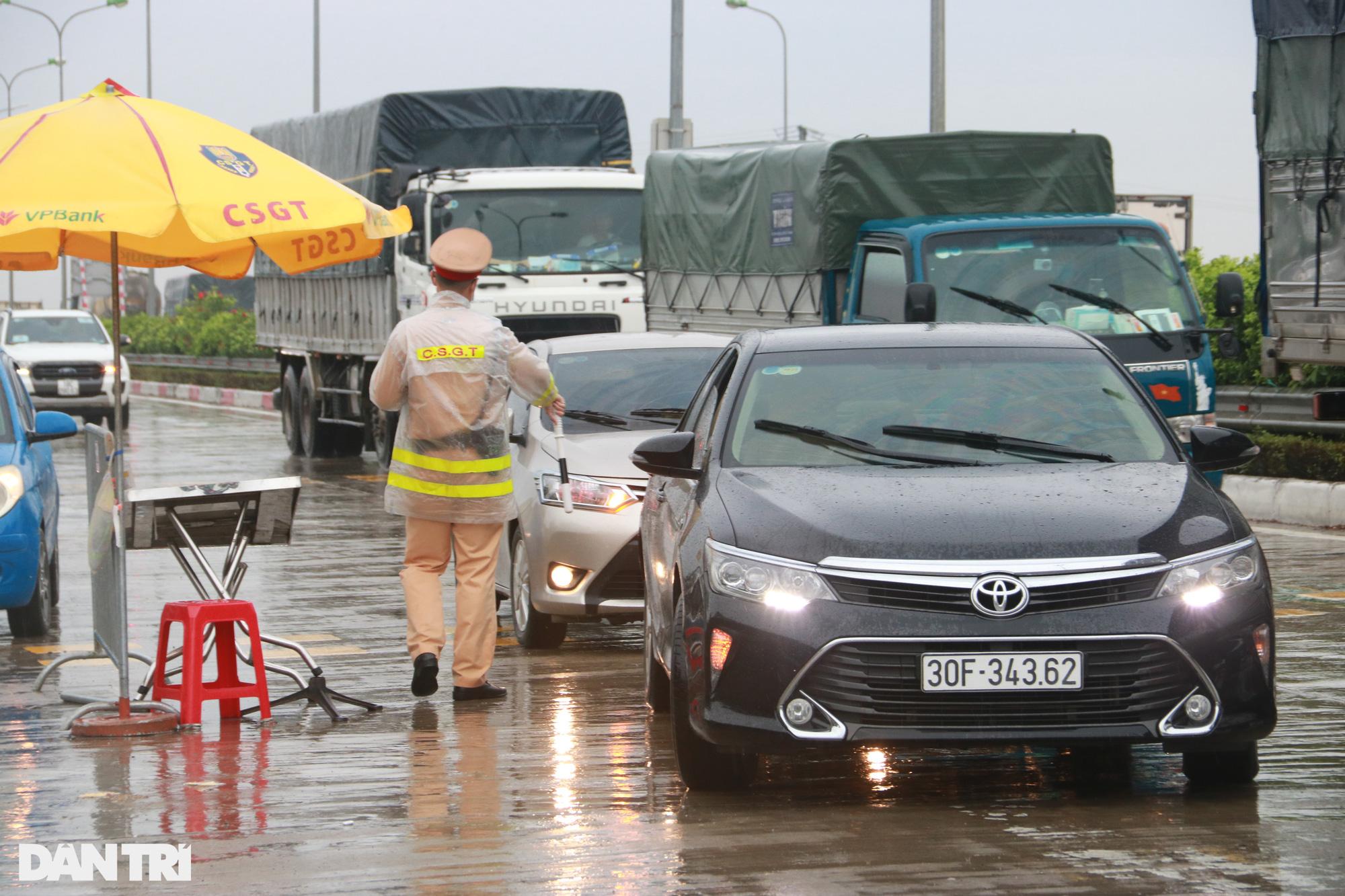 Hà Nội: Đội mưa làm thủ tục qua chốt cửa ngõ, nhiều người phải quay đầu - Ảnh 10.