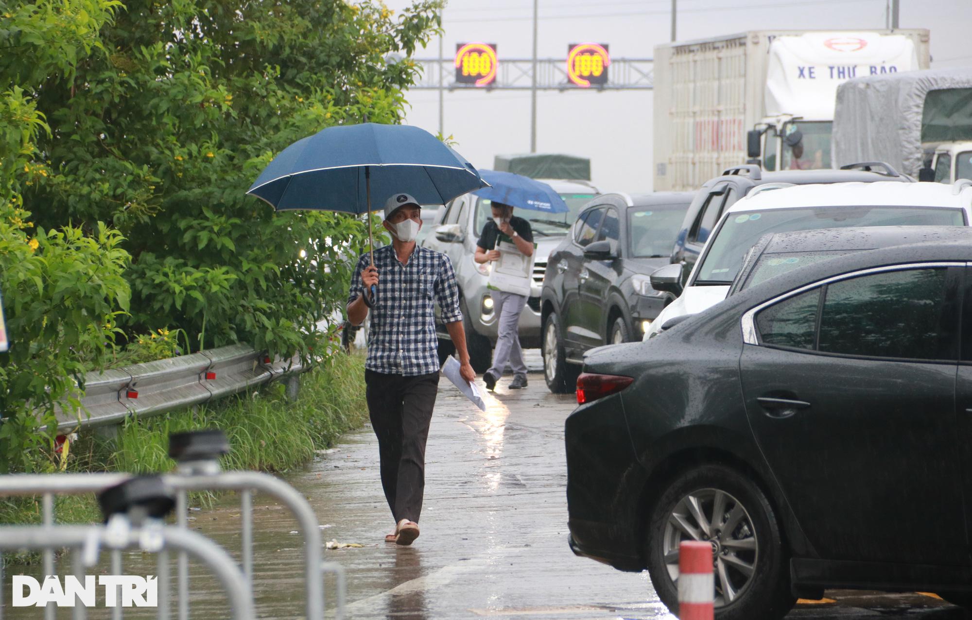 Hà Nội: Đội mưa làm thủ tục qua chốt cửa ngõ, nhiều người phải quay đầu - Ảnh 8.
