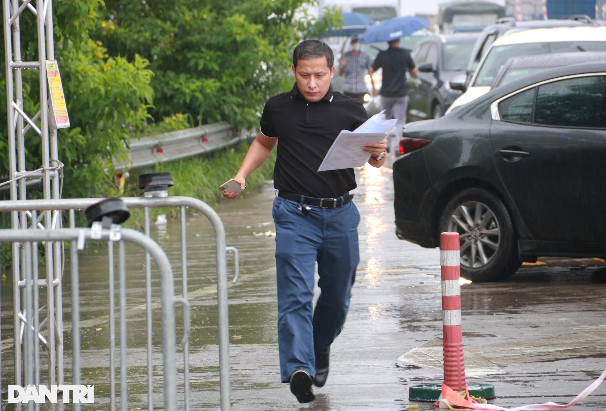 Hà Nội: Đội mưa làm thủ tục qua chốt cửa ngõ, nhiều người phải quay đầu - Ảnh 9.