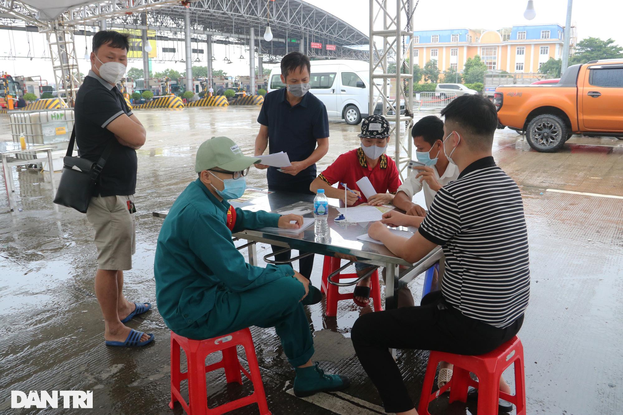 Hà Nội: Đội mưa làm thủ tục qua chốt cửa ngõ, nhiều người phải quay đầu - Ảnh 5.