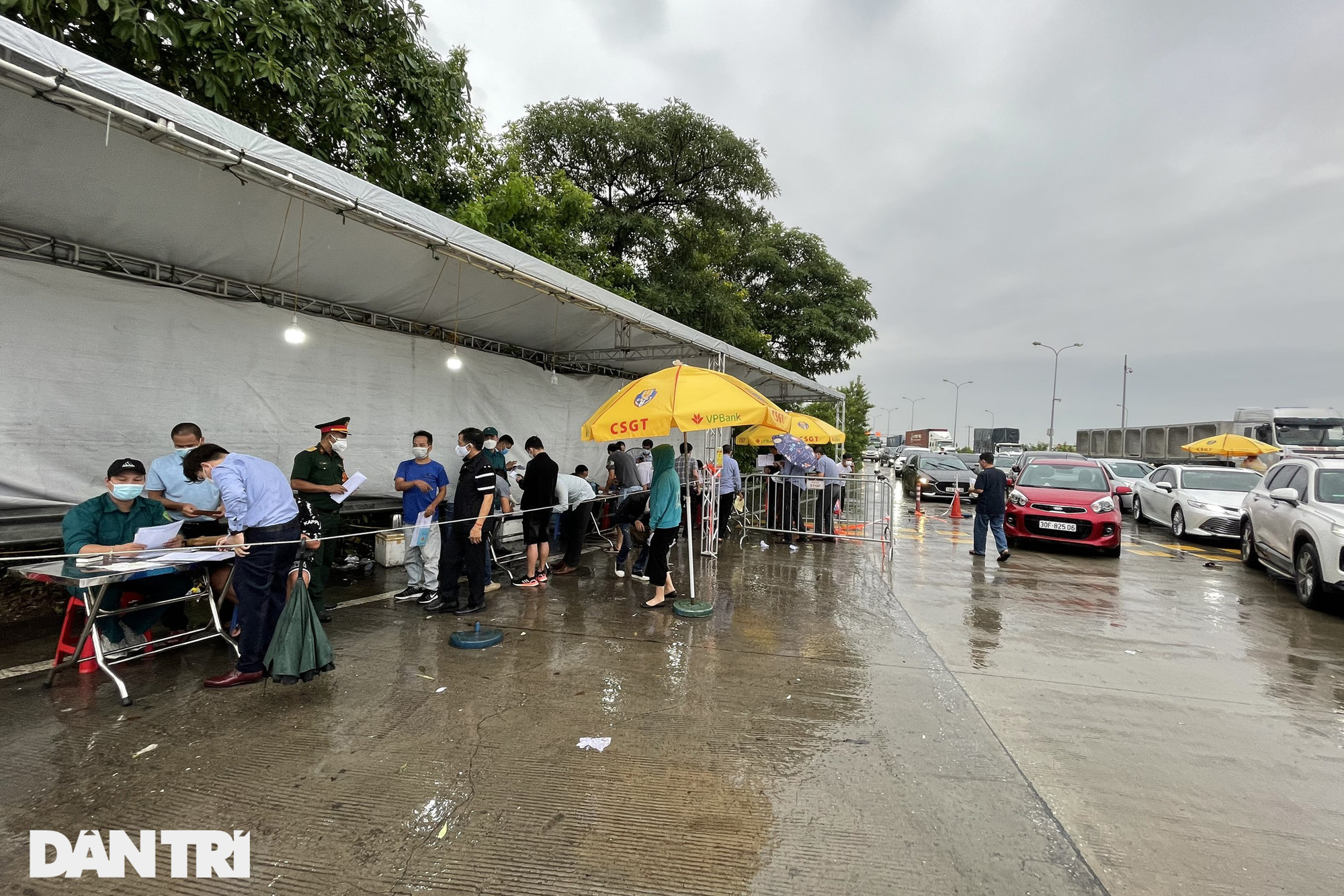 Hà Nội: Đội mưa làm thủ tục qua chốt cửa ngõ, nhiều người phải quay đầu - Ảnh 13.