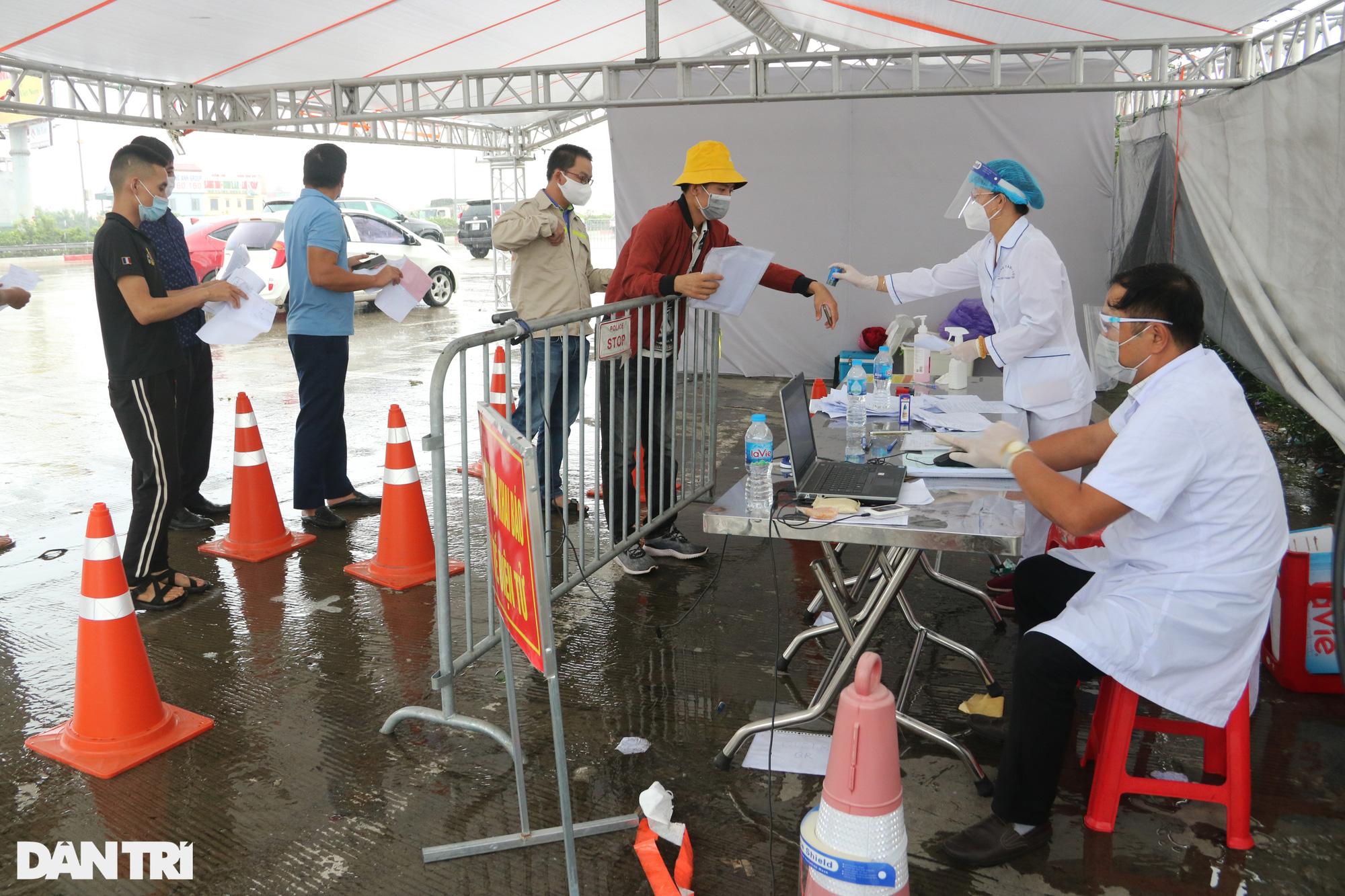 Hà Nội: Đội mưa làm thủ tục qua chốt cửa ngõ, nhiều người phải quay đầu - Ảnh 1.