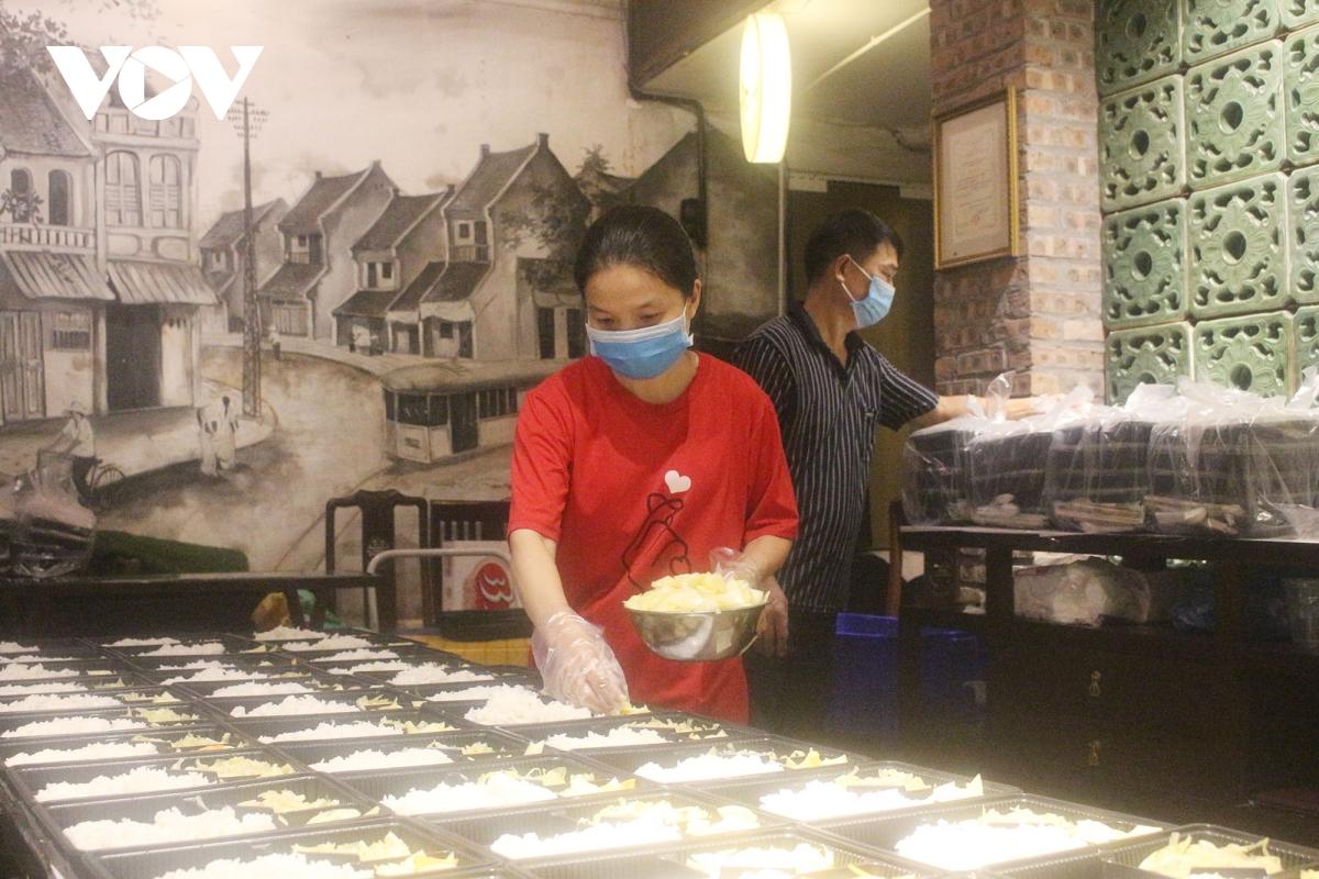 Lao động nghèo tại Hà Nội xúc động khi nhận các suất cơm nghĩa tình - Ảnh 15.