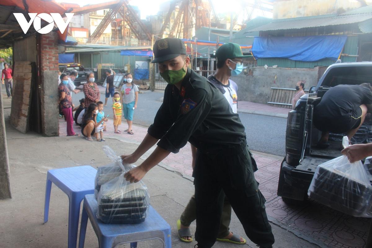 Lao động nghèo tại Hà Nội xúc động khi nhận các suất cơm nghĩa tình - Ảnh 2.