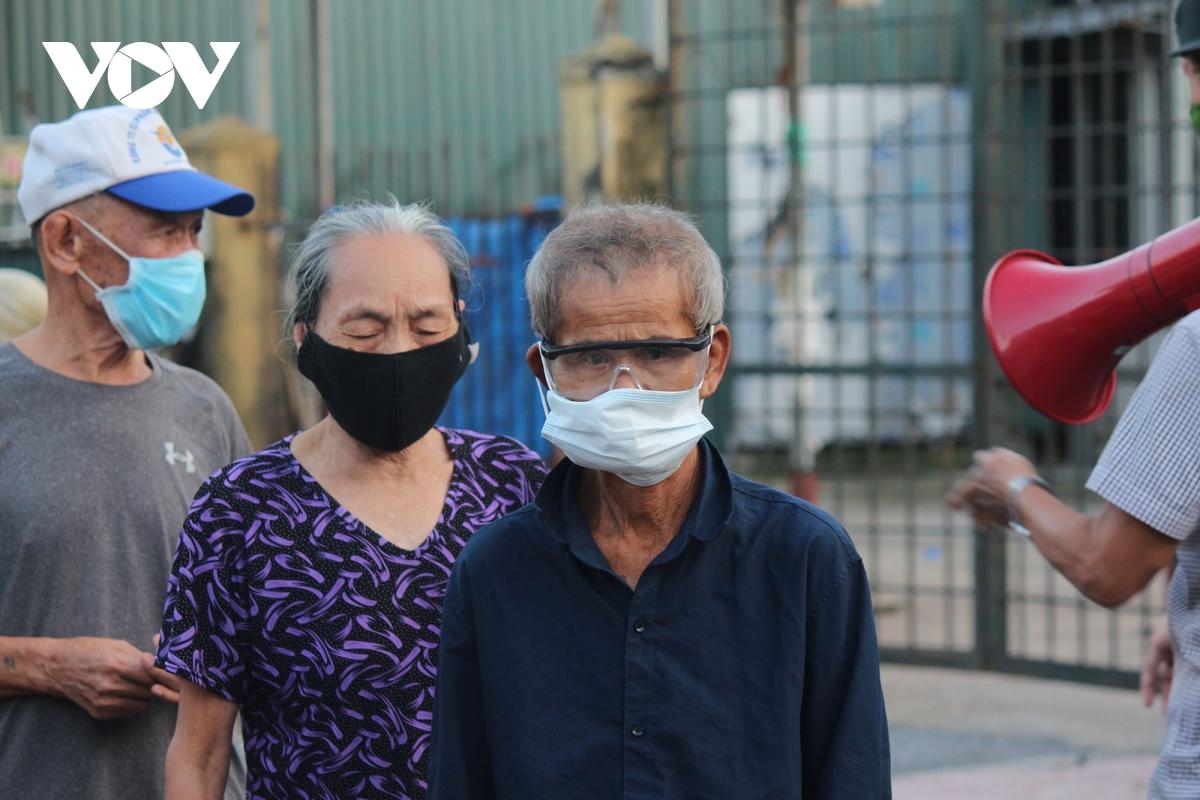 Lao động nghèo tại Hà Nội xúc động khi nhận các suất cơm nghĩa tình - Ảnh 5.