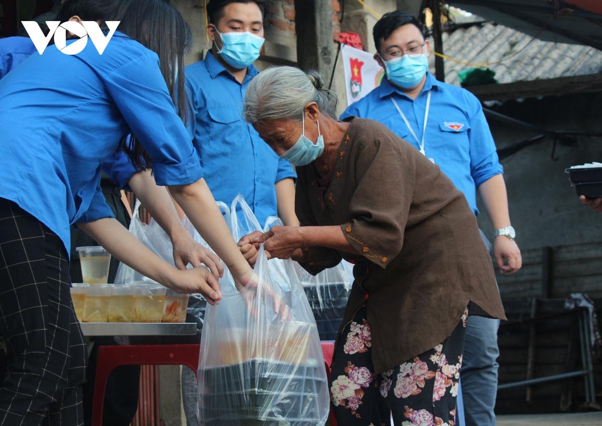 Lao động nghèo tại Hà Nội xúc động khi nhận các suất cơm nghĩa tình - Ảnh 3.