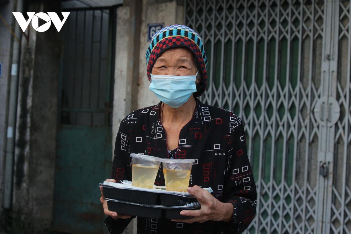 Lao động nghèo tại Hà Nội xúc động khi nhận các suất cơm nghĩa tình - Ảnh 9.
