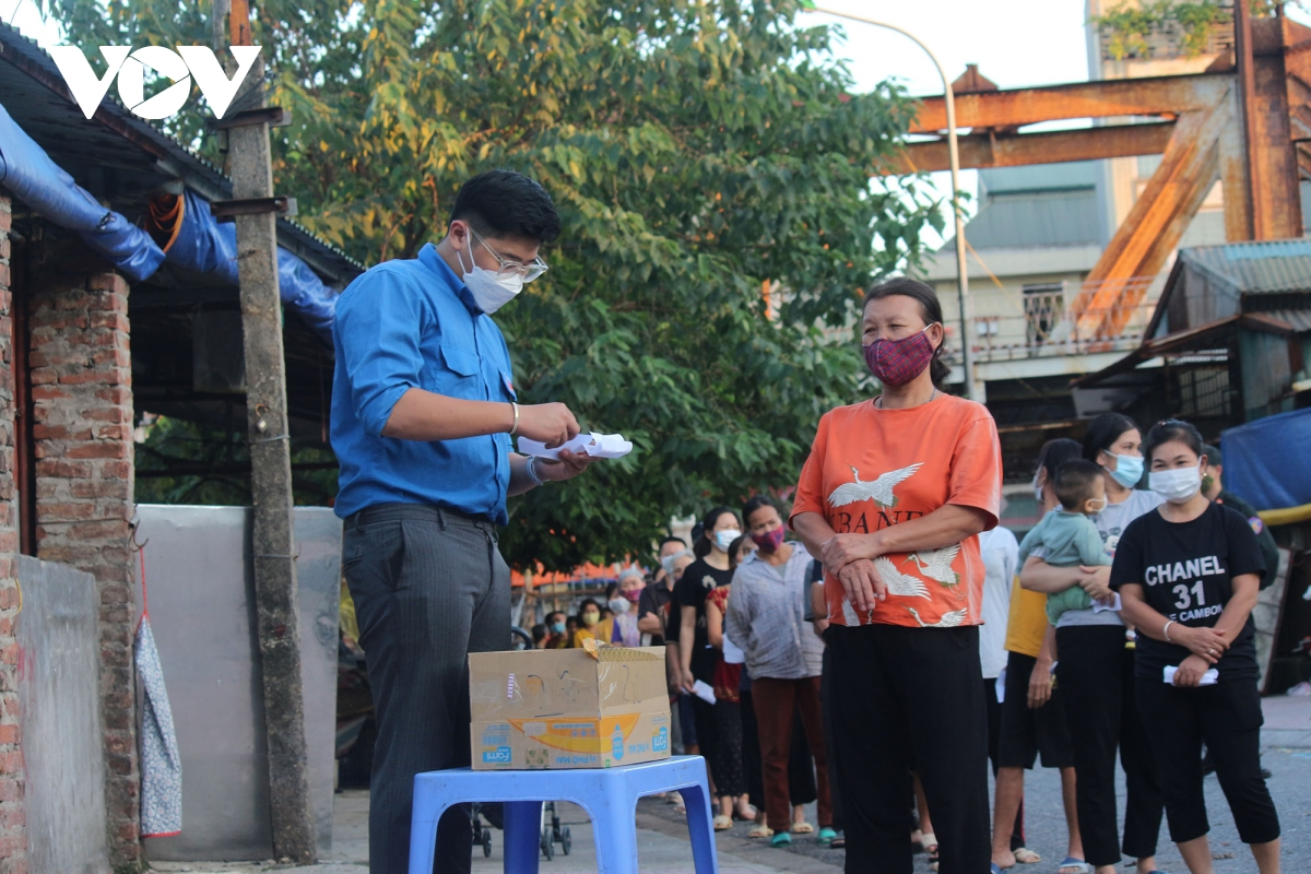 Lao động nghèo tại Hà Nội xúc động khi nhận các suất cơm nghĩa tình - Ảnh 7.
