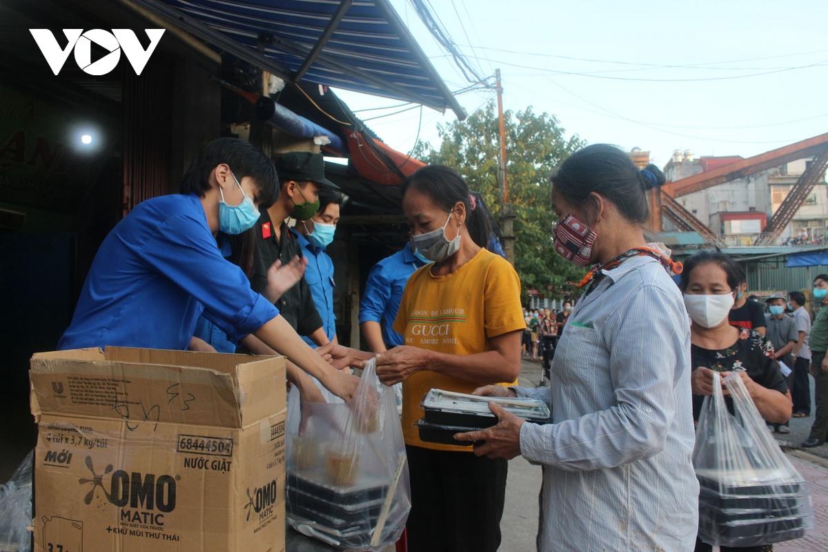 Lao động nghèo tại Hà Nội xúc động khi nhận các suất cơm nghĩa tình - Ảnh 17.
