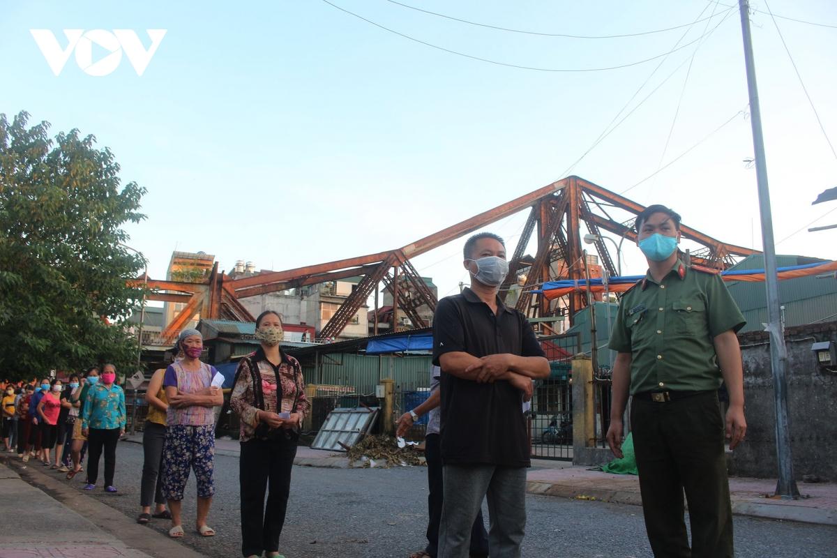 Lao động nghèo tại Hà Nội xúc động khi nhận các suất cơm nghĩa tình - Ảnh 1.