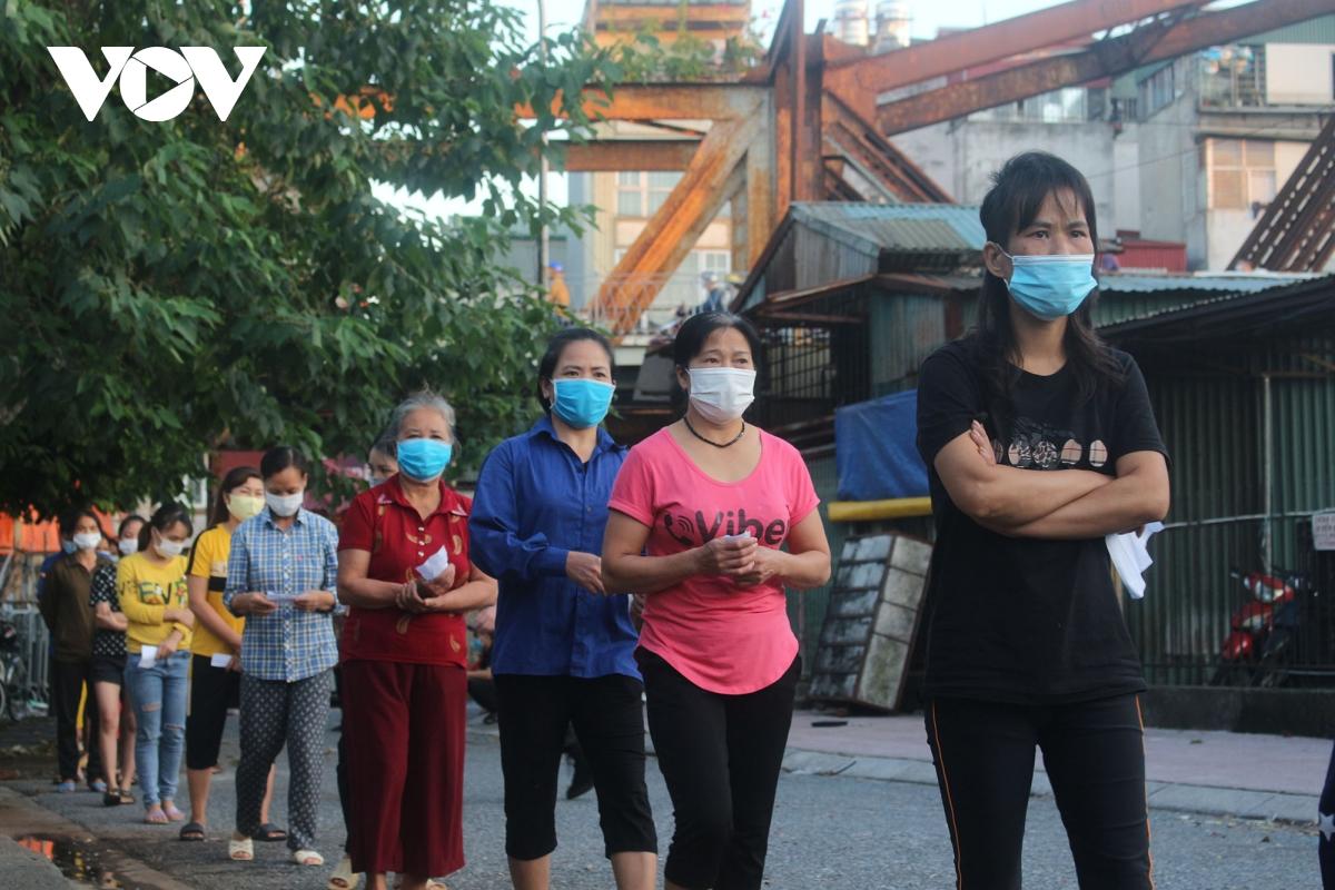 Lao động nghèo tại Hà Nội xúc động khi nhận các suất cơm nghĩa tình - Ảnh 8.