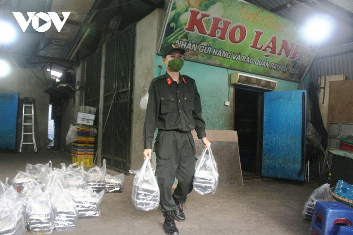 Lao động nghèo tại Hà Nội xúc động khi nhận các suất cơm nghĩa tình - Ảnh 14.