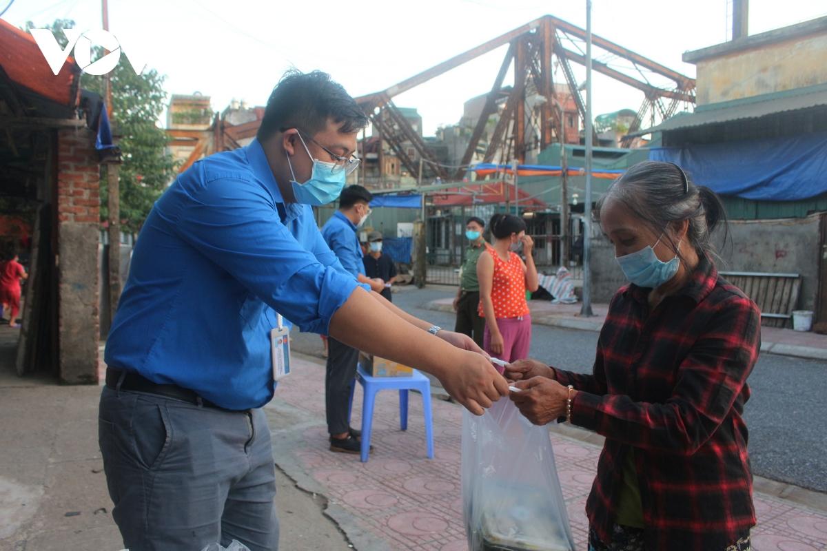 Lao động nghèo tại Hà Nội xúc động khi nhận các suất cơm nghĩa tình - Ảnh 12.
