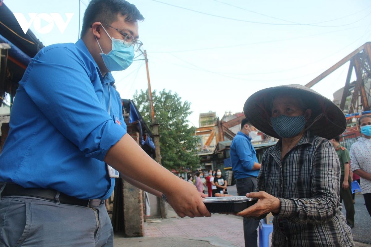 Lao động nghèo tại Hà Nội xúc động khi nhận các suất cơm nghĩa tình - Ảnh 6.