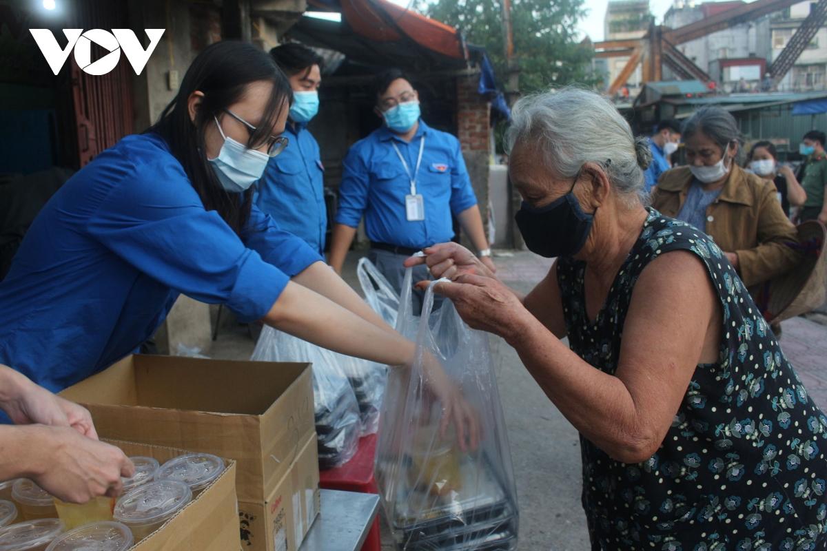 Lao động nghèo tại Hà Nội xúc động khi nhận các suất cơm nghĩa tình - Ảnh 10.