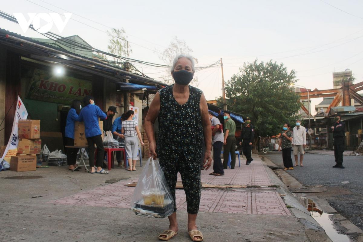Lao động nghèo tại Hà Nội xúc động khi nhận các suất cơm nghĩa tình - Ảnh 11.