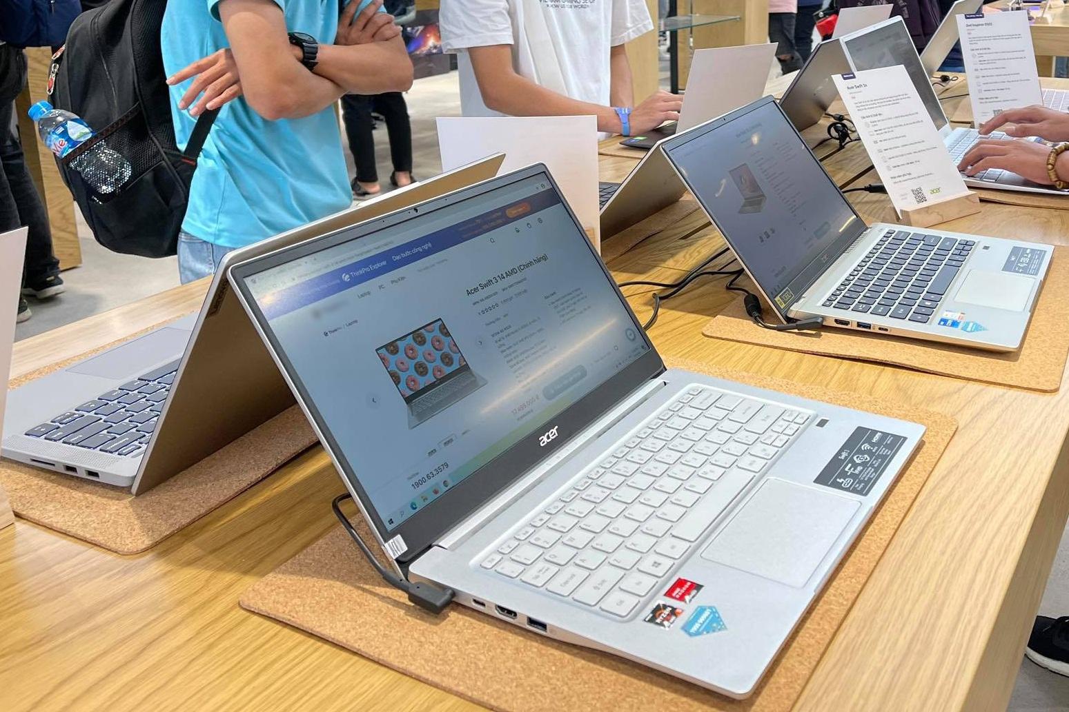 MacBook khan hàng, liên tục tăng giá tại Việt Nam - Ảnh 1.