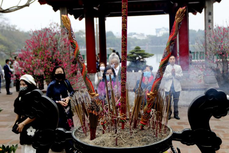 Người Hà Nội vãn cảnh chùa, cầu chúc bình an cho năm mới - Ảnh 9.