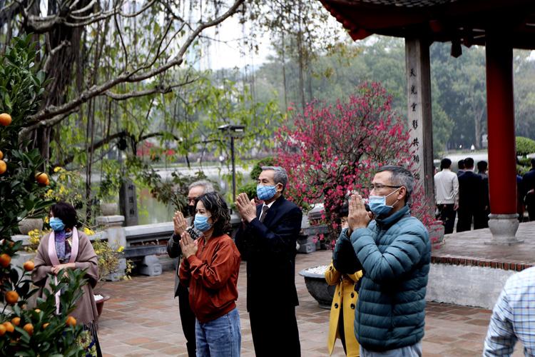 Người Hà Nội vãn cảnh chùa, cầu chúc bình an cho năm mới - Ảnh 10.