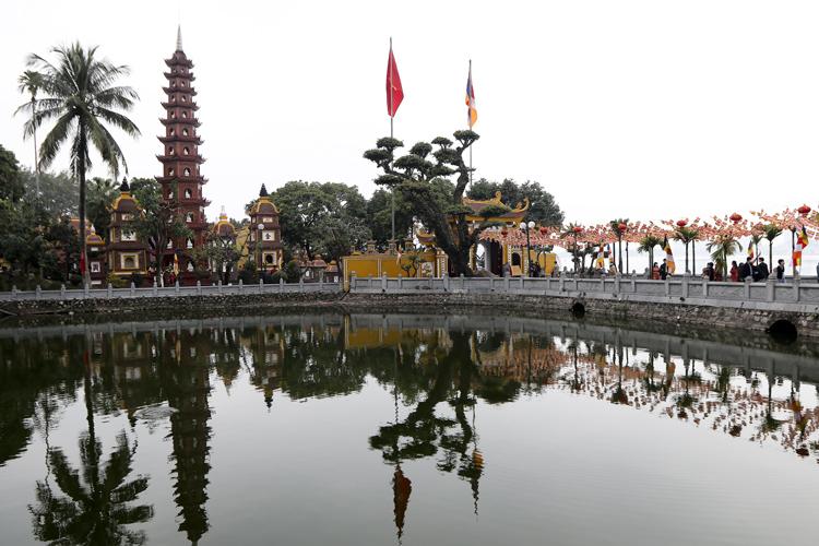 Người Hà Nội vãn cảnh chùa, cầu chúc bình an cho năm mới - Ảnh 4.