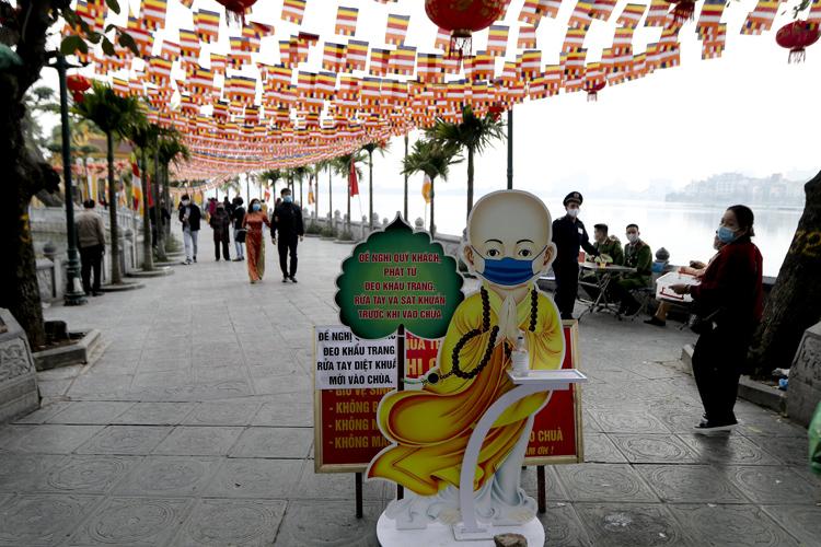 Người Hà Nội vãn cảnh chùa, cầu chúc bình an cho năm mới - Ảnh 7.