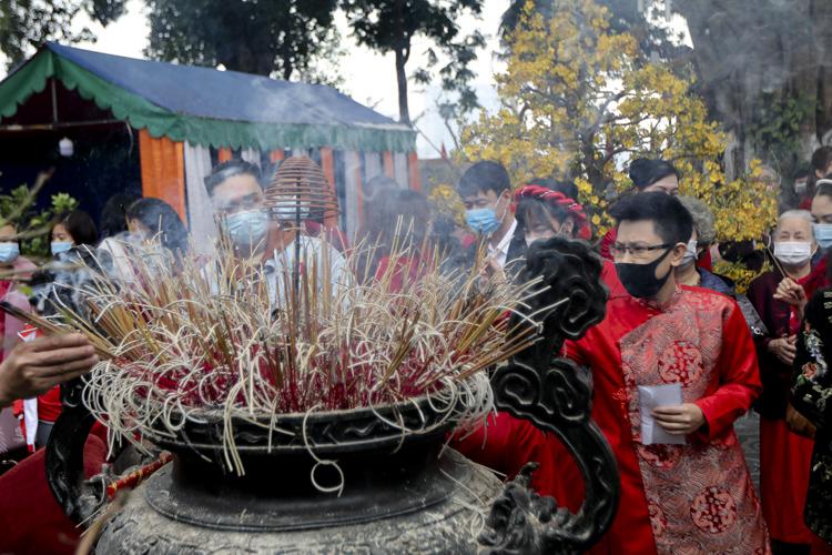 Người Hà Nội vãn cảnh chùa, cầu chúc bình an cho năm mới - Ảnh 5.